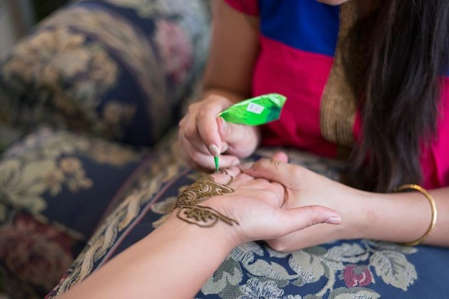 Debaroti Ghosh applies mehendi (henna) tattoos on customers in Oklahoma City on Sunday, August 7, 2016. - EMMY VERDIN