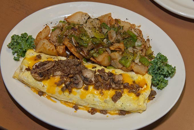 Cattlemens-Sausage-and-Mushroom-Omelet-Close-up-29mh.jpg