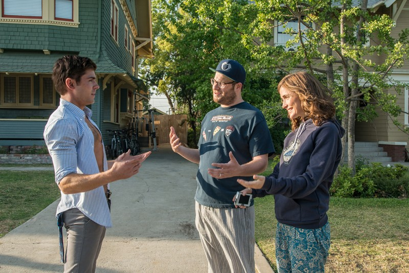 """Teddy Sanders (ZAC EFRON) has a chat with neighbors Mac (SETH ROGEN) and Kelly Radner (ROSE BYRNE) in """"Neighbors"""", a comedy about a young couple suffering from arrested development who are forced to live next to a fraternity house after the birth of their newborn baby. - PHOTO CREDIT: GLEN WILSON"""