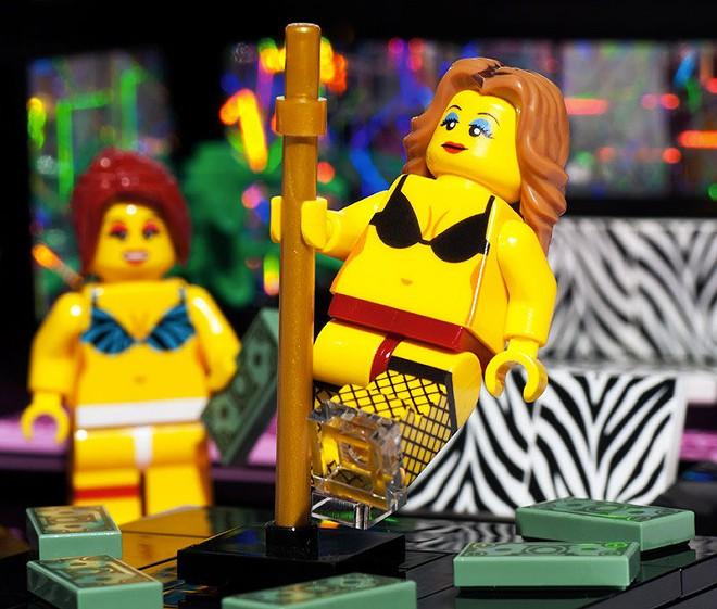 Lego strip club - VIA WWW.DUDEIWANTTHAT.COM