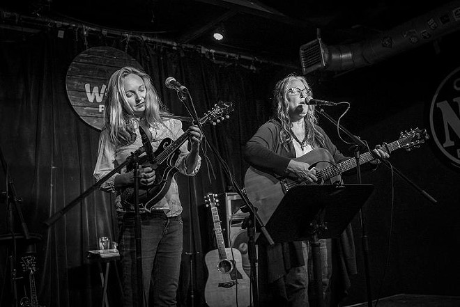Jessy Lynn Martens and Terri Binion at Will's Pub - MIKE DUNN // MIKEDUNN.CO