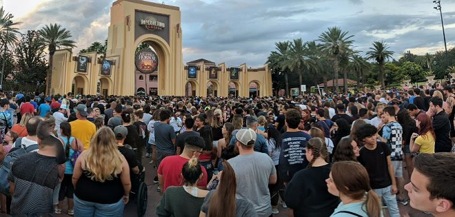 Massive crowds wait to enter Halloween Horror Nights 28 at Universal Studios Florida - IMAGE VIA OLIVER GREEN/TWITTER