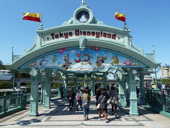 BY ROB YOUNG FROM UNITED KINGDOM (TOKYO DISNEYLAND ENTRANCE) VIA WIKIMEDIA COMMONS