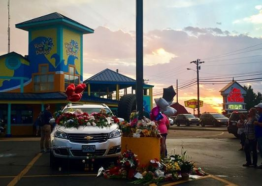 A makeshift memorial on cars left in the parking lot of the Branson Ride the Ducks. - IMAGE VIA SARA_KARNES | INSTAGRAM