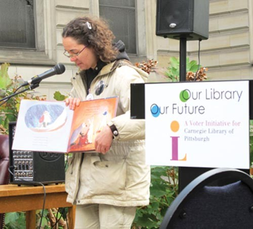 """Megan Fogt """"reads to the people"""" at the Carnegie Library, in Oakland. - PHOTO BY CHRIS YOUNG"""