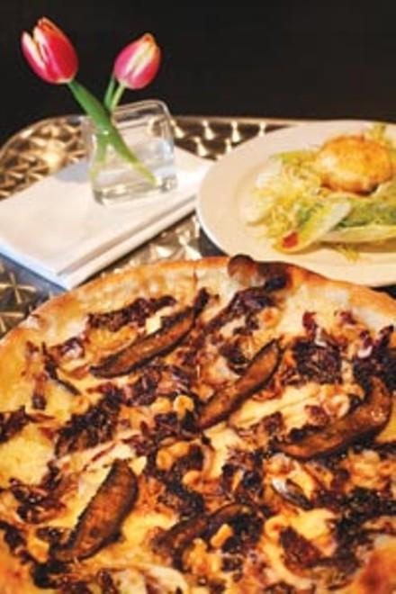 Pizza with radicchio, portobello mushrooms and hazelnuts - HEATHER MULL