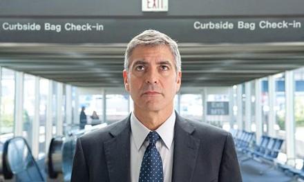 Ryan Bingham (George Clooney) checks for meaningful flights.