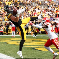 Jesse James of the Steelers misses catching a touchdown pass in front of Ron Parker of the Kansas City Chiefs.