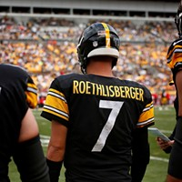 Ben Roethlisberger waits to take the field with his lineman.