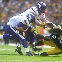 Steelers Vince Williams takes down Vikings quarterback Case Keenum.