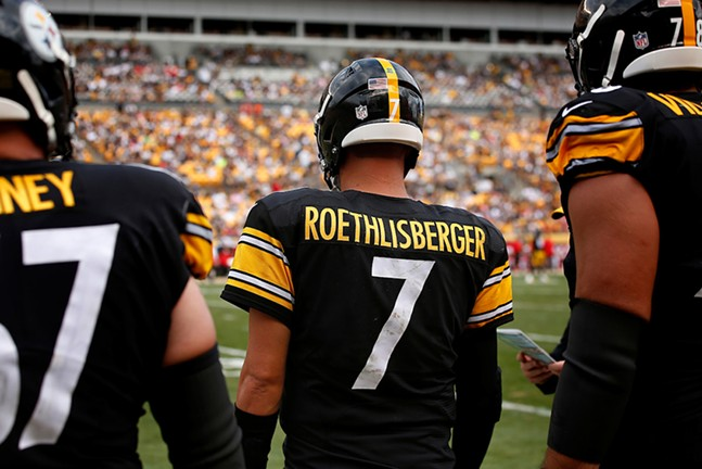Ben Roethlisberger waits to take the field with his lineman. - CP PHOTO: JARED WICKERHAM