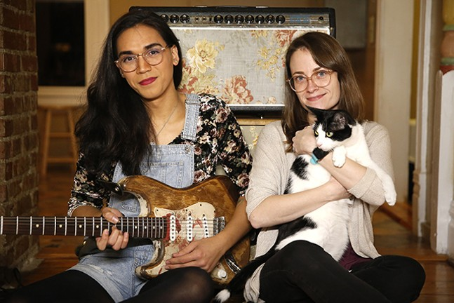 Scratchy Blanket's Chloe Hodgkins and Shannon Keating with their cat Nerner - CP PHOTO: JARED WICKERHAM