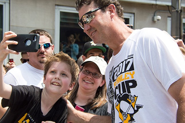 Mario Lemieux poses with fans during the Penguins' 2017 Stanley Cup victory parade in Downtown Pittsburgh. - CP PHOTO BY JORDAN MILLER
