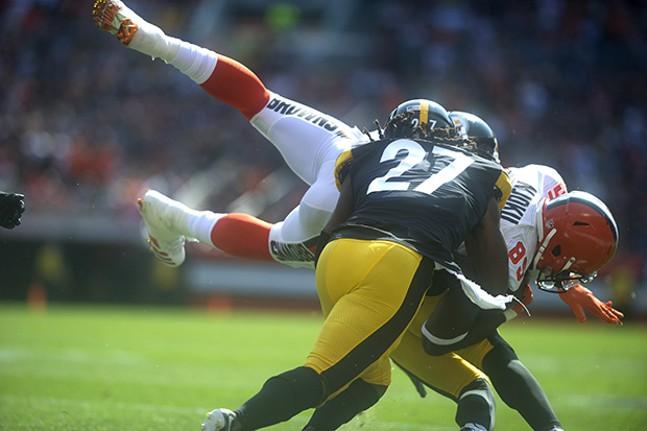 The Steelers' J.J. Wilcox spins around Browns receiver David Njoku.