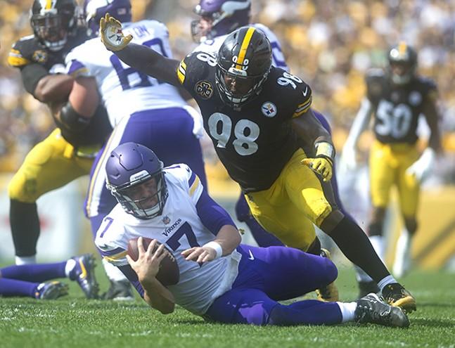 Steelers Vince Williams takes down Minnesota Vikings quarterback Case Keenum.
