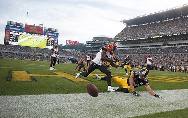 Steelers Vance McDonald can't hold onto a touchdown pass against the Bengals.