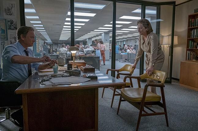 Ben Bradlee (Tom Hanks) and Katharine Graham (Meryl Streep) strategize.