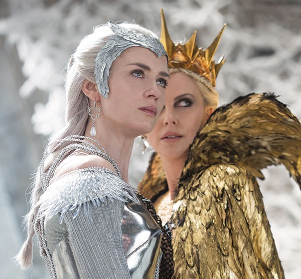 Freya (Emily Blunt) and Ravenna (Charlize Theron)