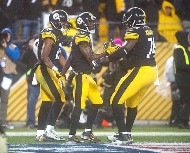 Steelers wide receiver Eli Rogers celebrates with teammates Juju Smith-Schuster and Chris Hubbard after Roger scored a touchdown to tie the game at 7-7.
