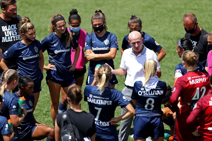 A photo of former Thorns couch Paul Riley speaking with members of the North Carolina Courage.