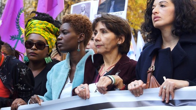 De Paris à Ferguson/Not Yo Mama's Movement shows a French woman examining Ferguson.
