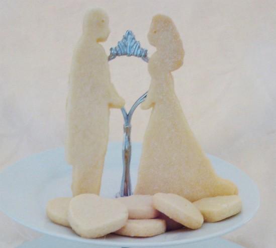 Royal bride and groom shortbread - IMAGE VIA