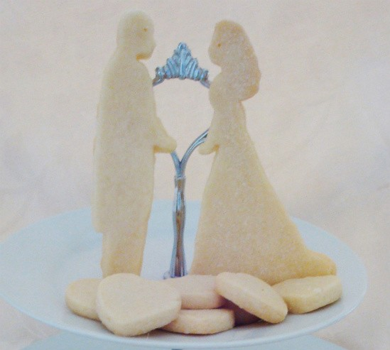 Royal bride and groom shortbread - IMAGE VIA