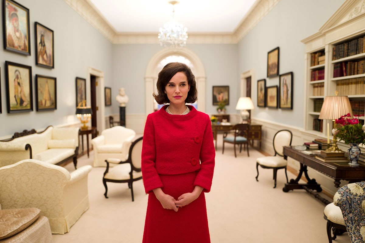 Jackie Kennedy (Natalie Portman) has to find her own path through mourning and the sympathy of a nation in Jackie.