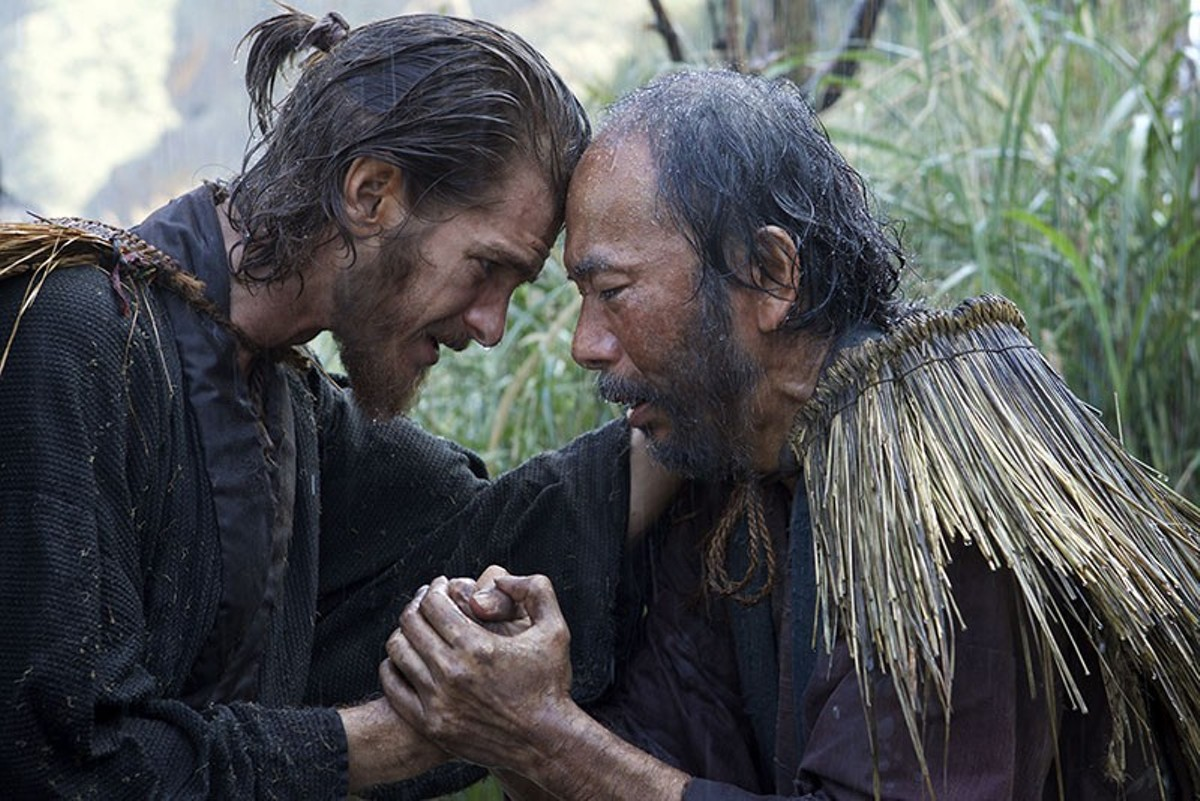 Father Rodrigues (Andrew Garfield) prays with Mokichi (Shin'ya Tsukamoto).