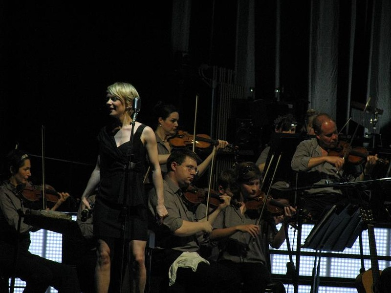 Jo Lawry and members of the orchestra - ANNIE ZALESKI