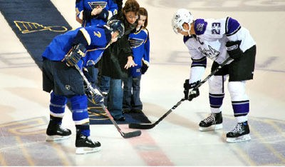 sarah_palin_drops_the_puck_st_louis_10_24_08.2673583.36.jpg