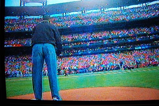 Obama lines up to throw out the first pitch.