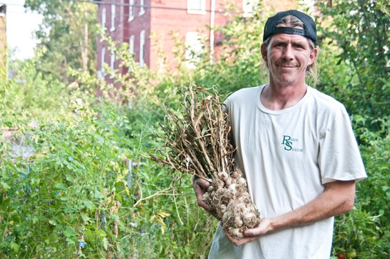 GATEWAY GARLIC URBAN FARM OWNER MARK BROWN HIS SPANISH ROJA GARLIC | CAROLINE YOO