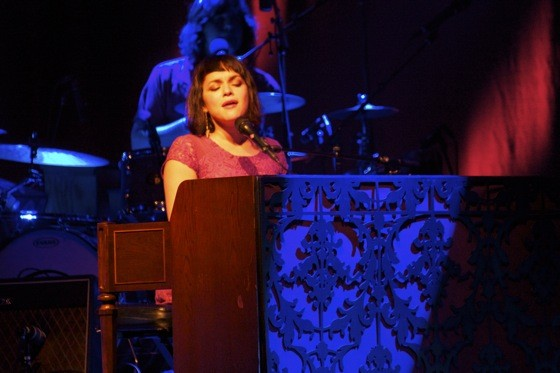 norah_jones_piano_photo.jpg