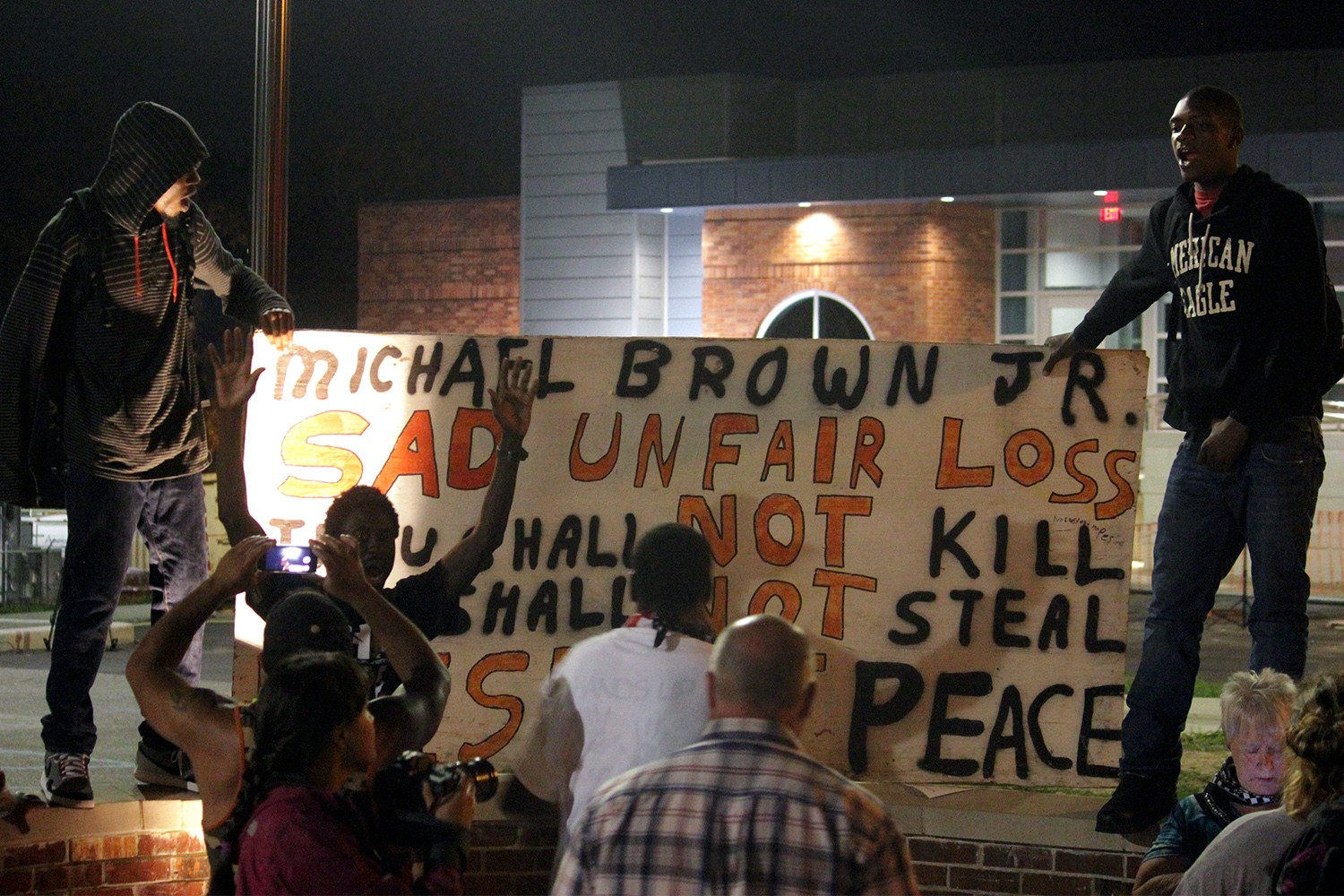 Darren Wilson Didn\'t Change His Story About Mike Brown Reaching for ...