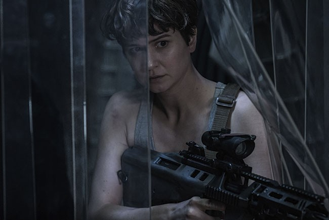Katherine Waterston plays hide-and-seek with aliens. - MARK ROGERS - TM & © 2016 T​WENTIETH CENTURY FOX FILM CORPORATION