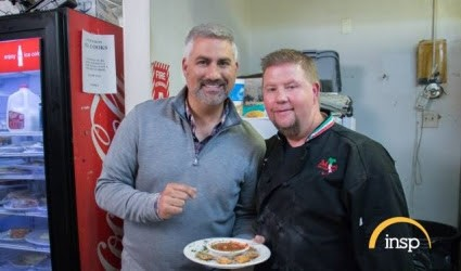State Plate host Taylor Hicks poses with Lance Ervin of Mamma's on the Hill — and a plate full of toasted ravioli. - PHOTO COURTESY OF INSP.