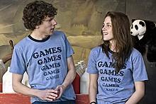 Games guy James (Jesse Eisenberg) courts Games girl Em (Kristen Stewart).
