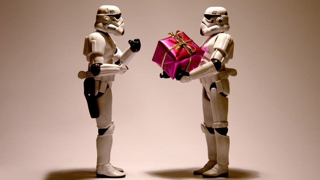 stormtroopers-with-a-christmas-present-10983.jpg