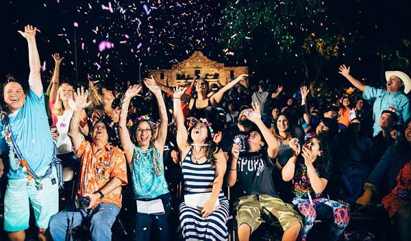 Everybody have fun tonight; everybody flambeau tonight. - FIESTA SAN ANTONIO
