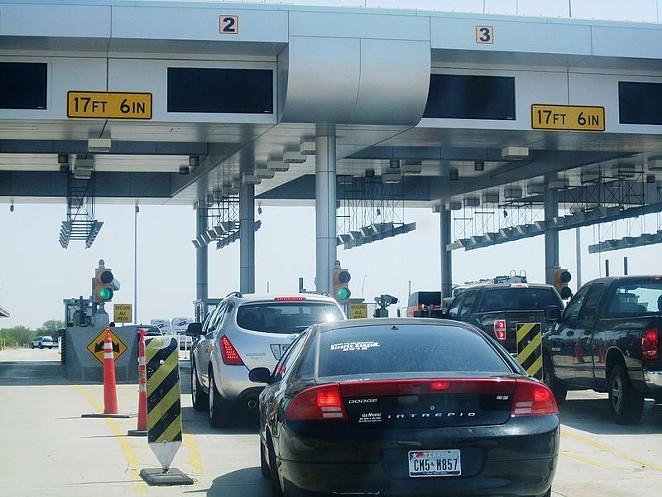 Vehicles wait at border crossing station near Laredo. - BILLY HATHORN / WIKIMEDIA COMMONS