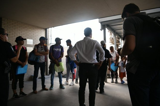 Julián Castro approaches the border with asylum seekers forced to wait in Mexico for their cases to be heard. - TWITTER / @JULIANCASTRO