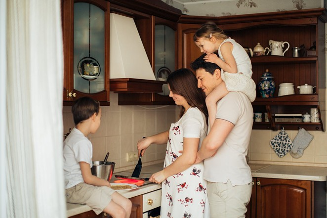 Family time is important, so don't dwell on minor annoyances, therapist Adam Avila advises. - PEXELS / ELLY FAIRYTALE