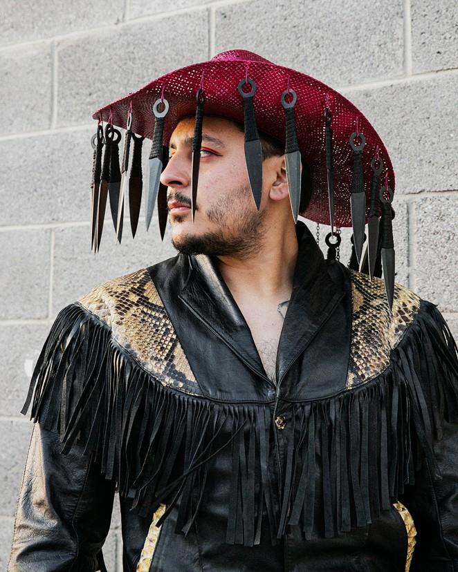 La fotógrafa con sede en El Paso Janet Nevarez le fotografió a Villalobos con un sombrero que espera usar para una actuación futura.  Janet Nevarez