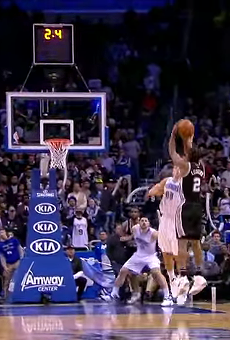 Kawhi Leonard lifts a shot over Aaron Gordon.