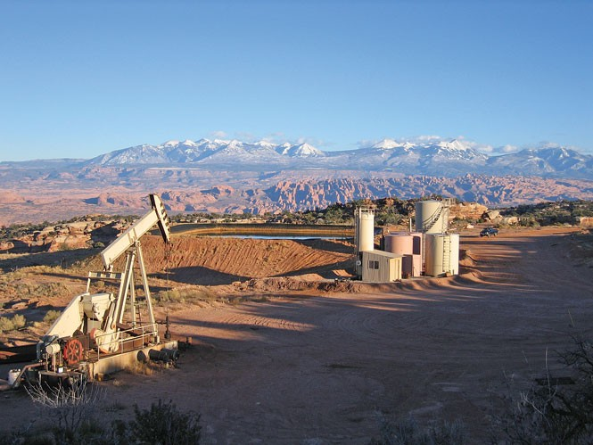 An oil well on Big Flat, near the entrance to Canyonlands National Park