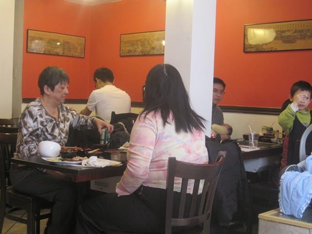 Diners at Tianxia Restaurant Coréen