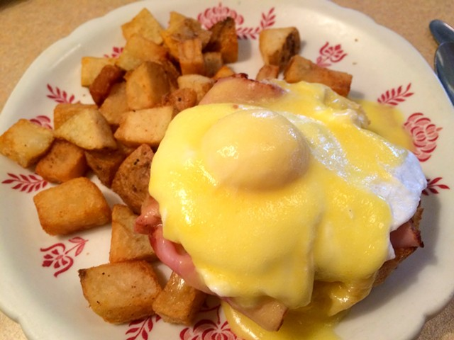 Half-portion eggs Benedict - ALICE LEVITT