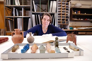 MATTHEW THORSEN - Margaret Tamulonis with Ushabti (1060-960 BCE) and clay vessels (1500-1200 BCE) from Egypt