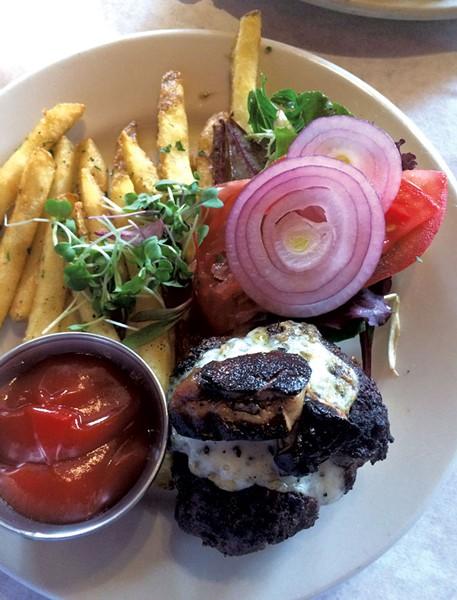 Petit Bistro Burger - MARK DAVIS